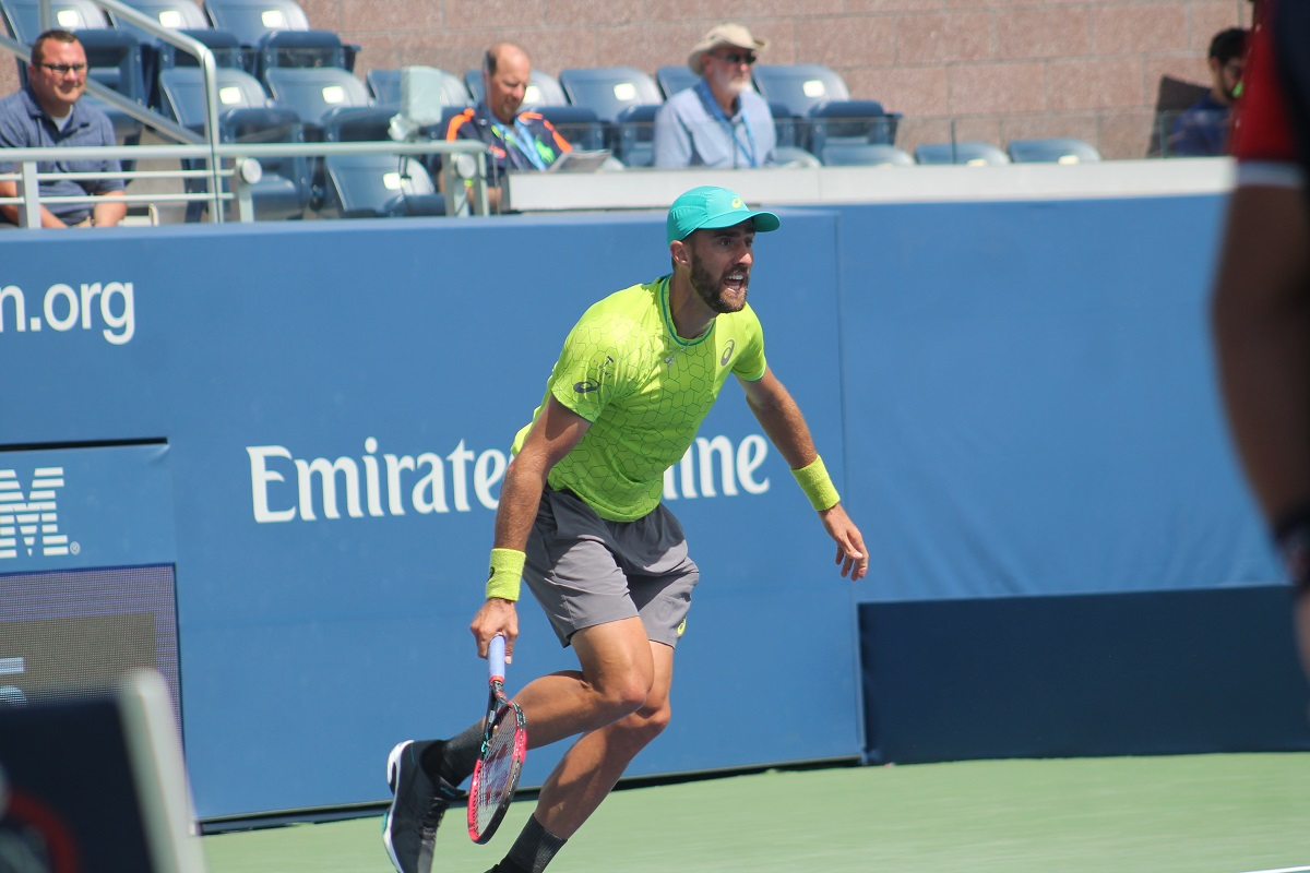 American Steve Johnson defended his title at the U.S. Men's Clay Court Championship in Houston, Texas as he beat compatriot Tennys Sandgren 7-6(2), 2-6, 6-4 to capture the Houston title for the second straight year.